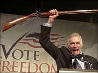 Charlton_heston_with_gun